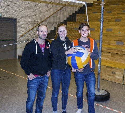 Stor Ball: Miljøarbeidar Ketil Porsmyr og Marie Pollen Nygård og Christian Iversen i elevrådet visar fram den ekstra store volleyballen.