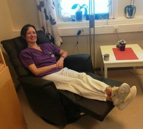 Margrethe Stensland slapper av i en av de nye reclinerne. Foto: Sørfold kommune