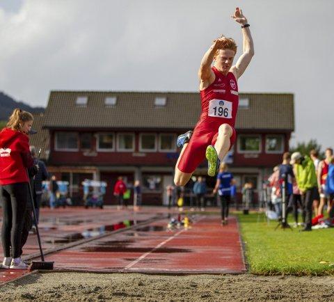 Sivert Fløgstad Sellevold fra Hovding tok gull med 6,11 i lengde, men sikter mye lengre. For å komme til U20-EM må han hoppe over syv meter. FOTO: BERNT-ERIK HAALAND