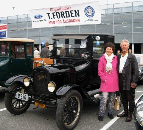 Bjørn Martin Østevold selger bilen etter 29 år. Her er han med konen Gunvor Elin på Vårmønstringen ved Lagunen.