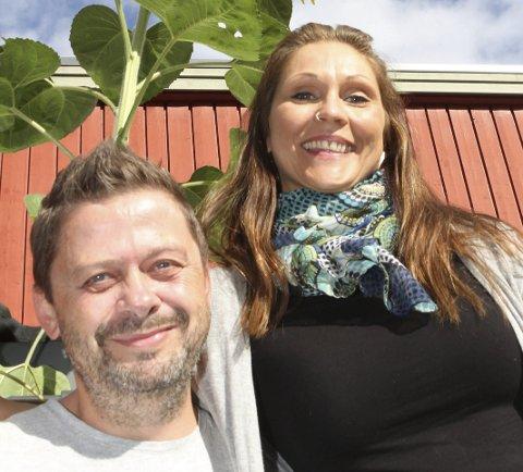 VERDENS OVERDOSEDAG: Stian Svendsen (t.v.) og Tanmaya Bakke Jørgensen er to som dukker opp på markering av Verdens Overdosedag i Hokksund i morgen. Tanmaya er tidligere rusmisbruker.