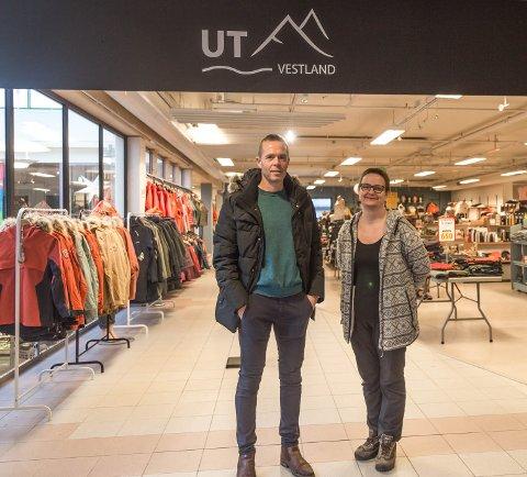 ENDRAR NAMN: Yrkesklær har endra namn til Ut Vestland og passar betre til varene som dei sel, seier butikkeigar Ole Johnny Øen og dagleg leiar Runa Hareide Haugen.