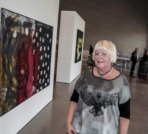 Siste bildet: Komiteens sekretær Inger Anne Storli viser frem det siste innkjøpet- tekstilkunst av Bente Vold Klausenfoto: johansen