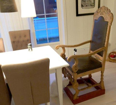 PÅ PLASS I STUE: Da Stian Thorbjørnsen var storbonde hadde stolen hedersplassen hjemme hos  Stian og Tina Thorbjørnsen - nå er den flyttet ut til artistens pokerbule. Foto: Privat.