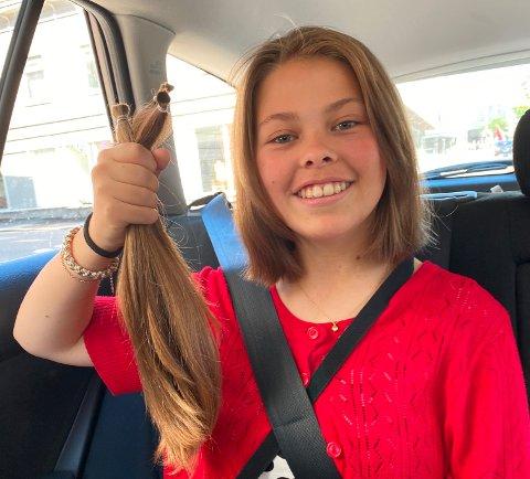 BLE HÅRDONOR: Julia Emmeline Johannessen (16) donerte sitt lange hår til Apollo hårsenter, som blant annet bruker det i parykker til folk uten hår.