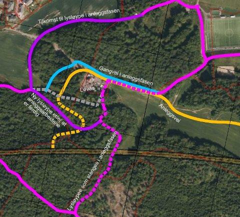 HER KAN DU GÅ PÅ SKI: Skisse for løsning for tilkomsten til Skottås og midlertidig omlegging av lysløypa i anleggsfasen. Øverst til høyre kunstgressbanen på Skoppum. Den gule anleggsveien lar seg ikke kombinere med skiløypøer. Illustrasjon: ViaNova.