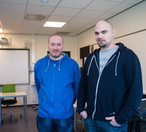 PAPIRER: – Endelig har vi fått papirene i orden, sier Yngve Lillemæhlum og Andreas Motrøen på Senter for Voksnes Læring.