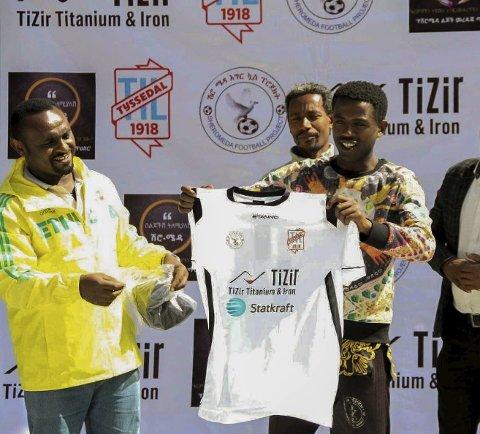 Drakt: TTIL sponsa det etiopiske fotballprosjektet med heile 24 draktsett.