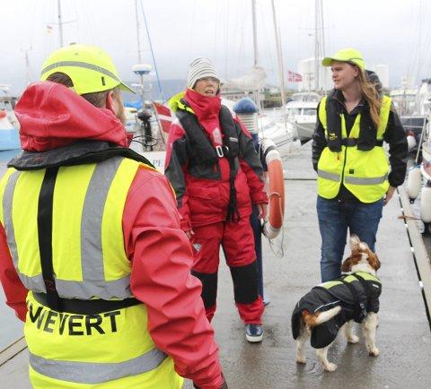 SERVICE: De besøkende får fortøyd båten og informeres om byens tilbud.