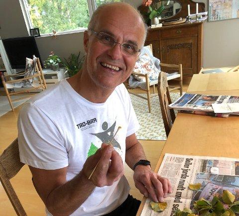 Martin Sørensen skraper bjørkerustsopp på kjøkkenbordet.