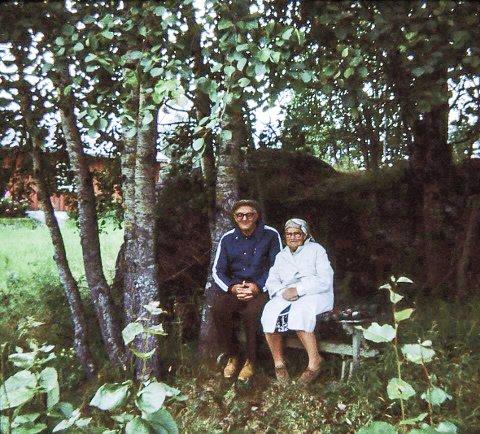 KJÆRLIGHETSBENK: Karl og Gudrun Johansen fra Brangerud brukte mye tid sammen på denne benken. Nå har barnebarnet Trond Johansen i Åkerland skrevet en hyllestsang til dem.
