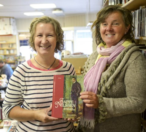 BOKBAD: Hanne Riser og Katja Aarflot inviterer til bokbad med Jappe Nilssen som tema.