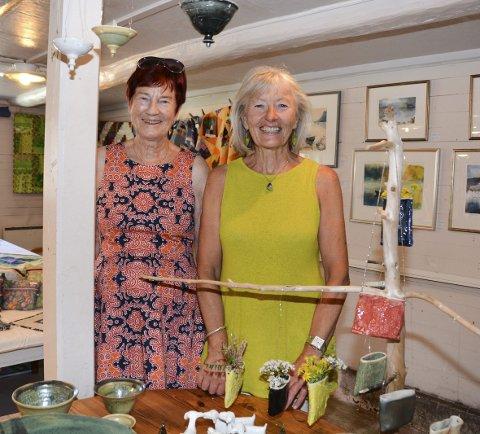 Kunst: Kunstnarvenninnene Anne Marie Bottolfsen og Elin Flindt har opna kreativ marknad i lokala til målarklubben i Rosendal.