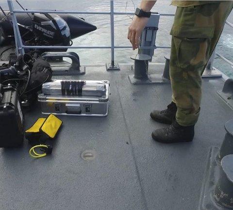 KLARGJØRES: Her klargjøres eksplosivene som skal til for å uskadeliggjøre den tyske mina. Foto: KNM Måløy, MDK / Sjøforsvaret.