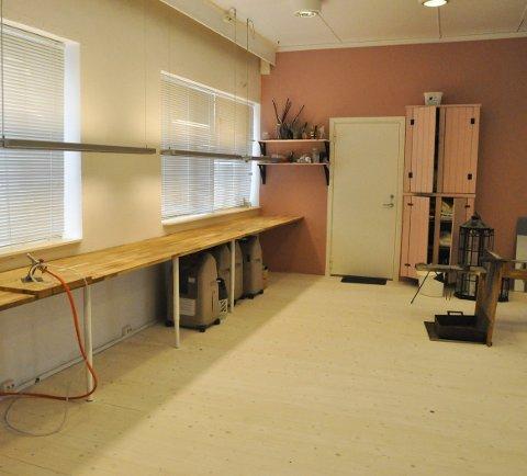 Arbeidsbenk: Det siste året har de pusset opp lokalene. Her har de fått på plass arbeidsbenk til glassblåsingskurs.