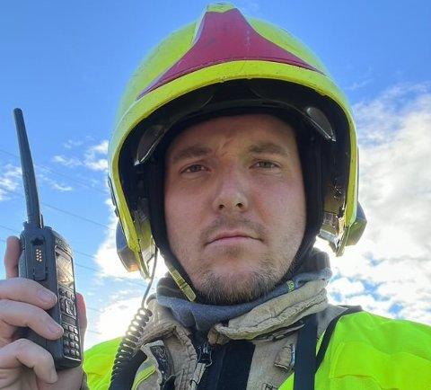 BRANNMANN: Niklas Baarli fikk prøve seg som brannmann og var med på utrykning til garasjebrann tirsdag ettermiddag.