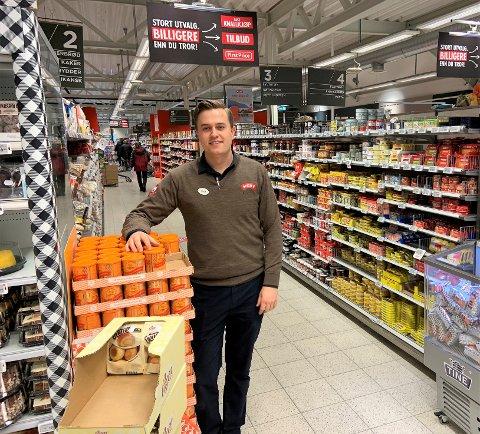 GOD PLASS: Assisterende butikksjef Trym Dyring ved Meny Stavern hadde en rolig lørdag, men sier kunder må forberede på å vente dersom de røde dagene i påsken blir som i fjor.