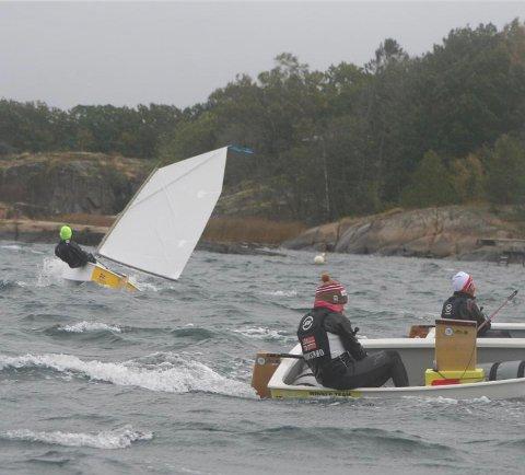 TØFFE FORHOLD: Larvik-seiler Lars Midtvik Thorstensen (med gul lue) kjemper mot bølger og vind i Optimist U12-klassen.
