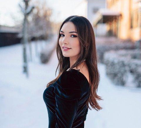 MS-syke Celestina Andreassen er bosatt på Nesodden, men har en far fra Selvær. Nå er hun finalist i Miss Norway 2020.