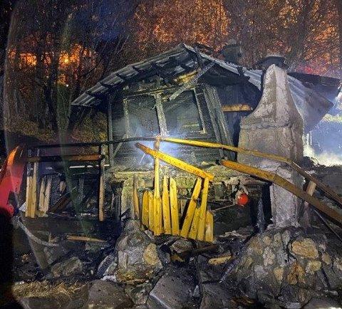 Natt til lørdag begynte det å brenne i denne rorbua på Hemnesberget.