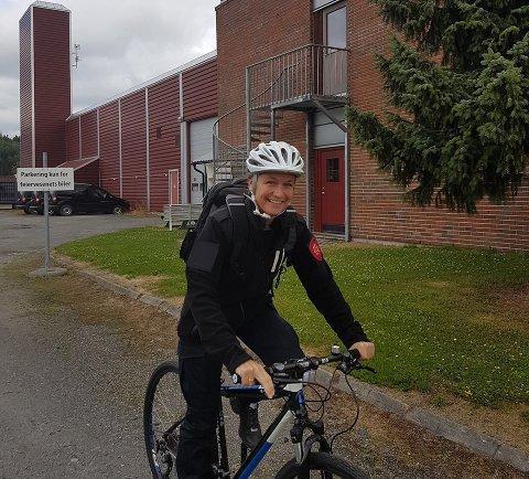 Her suser branninspektør Bodil Lafton rundt i Hønefoss på sykkel. Vi får håpe det ikke brenner i lårene i motbakkene.
