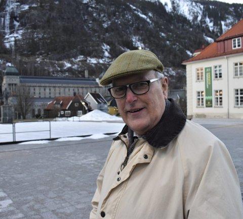 BESØK: Sir Neil Cossons - en av verdens fremste eksperter på industriarv - fikk en omvisning på Rjukan