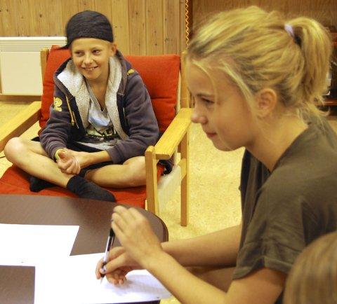 Tenker: David Klevstadlien (10) og Camilla F. Johansen (12) skrev ned gruppas ideer.