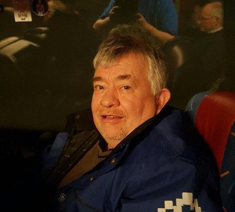 VED GODT MOT: Tåke stoppet Ivar Frydenberg og mange andre fra å fly Torp-Manchester fredag, men Ryan Air satte opp buss for tog og reddet 60-åringens store helgeplaner. (Foto: Privat)