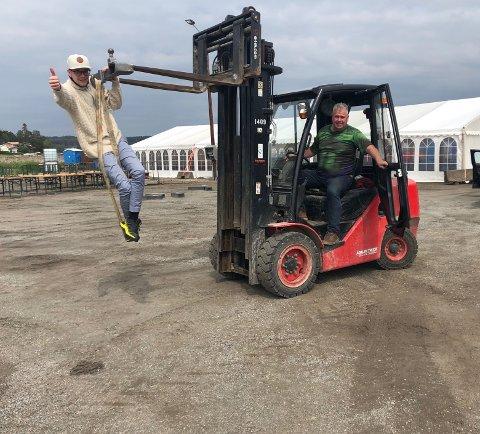 Kontroll: Martin Kristiansen (til venstre) og Pål Nordahl i Den store havnefestivalen er godt i gang med riggingen av Den store havnefestivalen.