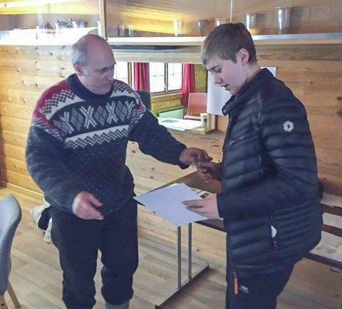 DIPLOM: Her er det Emil Ivar Røed som mottar sin medalje og diplom Foto: Sande Skytterlag
