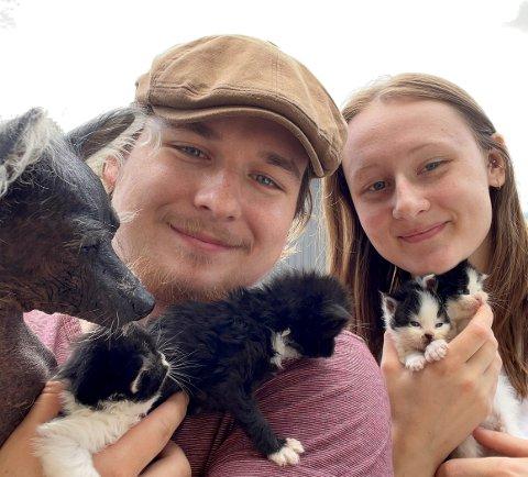 NYTT HJEM: Hos Fabian Wilke-Andersen (23), samboeren Eli Hovind Kjelingtveit (19) og hunden, Minna (10), fikk de fire kattungene et midlertidig, nytt hjem.