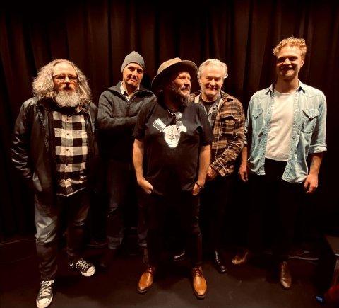 KONSERT I SPIRA: Arne Skage jr. (i midten) tar med seg Stene Osmundsen, Øyvind Grong, Inge Svege og Sven Eivind Stakkeland til konsert i Spira fredag kveld.