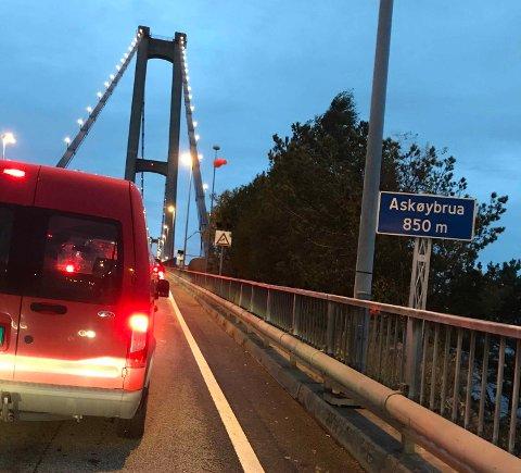 Kø over Askøybroen i 8-tiden fredag. Ifølge en BA-leser sto køen da helt til Juvik på Askøy.