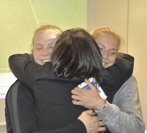 Oda Maria Hove Bogstad (til venstre) og Emilie Nautnes (høyre) fikk en fransk ordbok og en god klem av Synnøve Tverlid før torsdagens trening.
