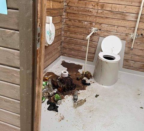TILGRISET: Toalettet ved Tangen fjordpark åpnet for sesongen torsdag forrige uke. Fredag så det slik ut.