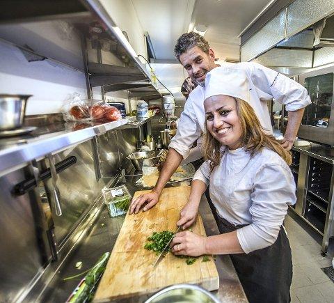Hjelp på veien: FRIS-kokk Trond Andreassen har blant andre Sara Ochana på praksis. Håpet er at erfaringen senere kan gi elevene jobb.