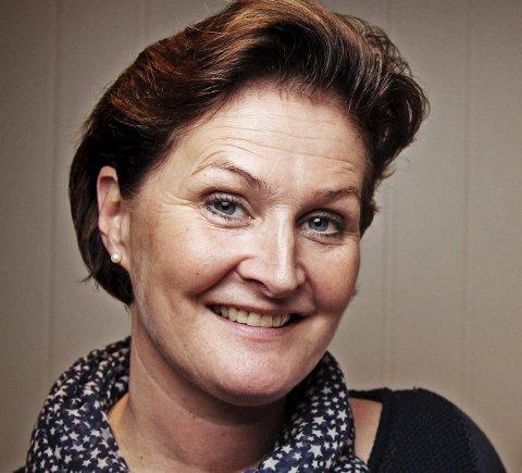ALLSANG: Birgit Gudim Søland syntes det var på plass med en allsangaften, og slo seg sammen med svigerinnen Bente Gjølberg.