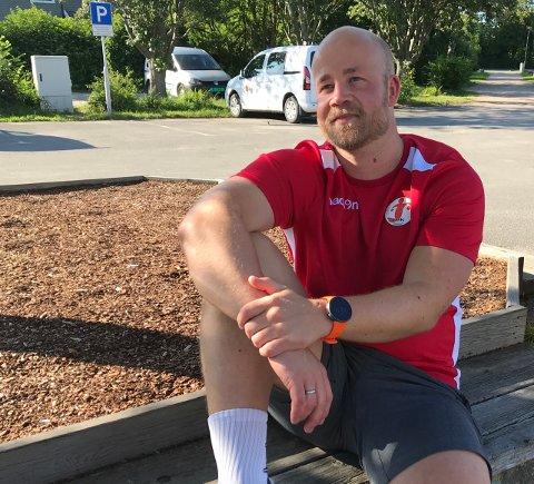 SPENT: Eirik Hugdal tok en pust i bakken utendørs etter at den første økten etter ferien var vel overstått.