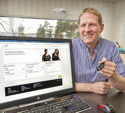 På nett: Lege Sten Reimer lar pasientene booke tid hos ham på nettet. Det eneste man trenger er en kodebrikke fra       banken for å identifisere seg.Foto: Jens Haugen