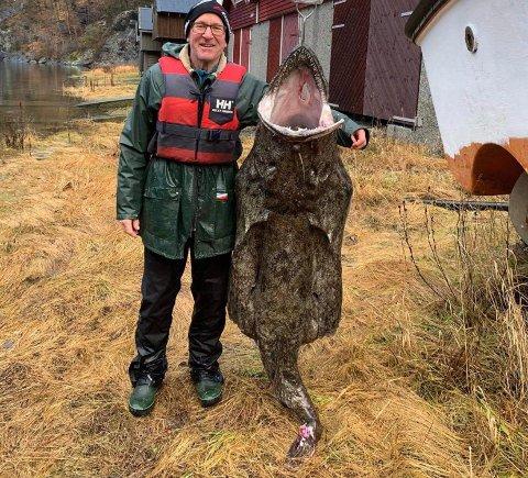 PÅ LAND I FJÆRA: Breiflabb på 60 kilo var berre ein av ein rikeleg storfangst Nils Rullestad gjorde på garn i Åkrafjorden torsdag.