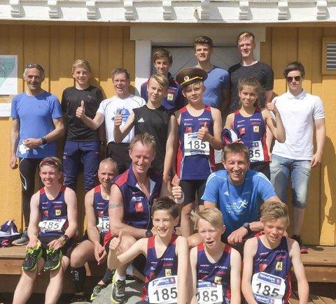 PUSTER UT: Hattfjelldal friidrett er med for andre gang i St. Olavsloppet. Et lag av unge folk helt ned til 13 år løper sammen med veteraner, og her puster de ut etter andre dag. Foto: Tora Bakken Mjølkarlid