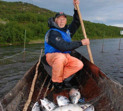 KAN LIKEVEL FISKE: Mye tyder på at Andreas Njarga (78) likevel kan sette ut stengselet i sommer med de samme garnene han har brukt tidligere. Foto: Alf Helge Jensen
