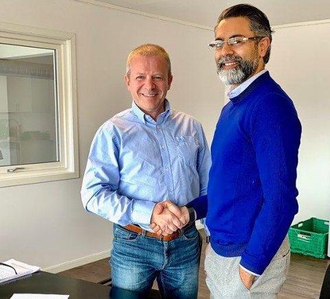Ole Steinar Østlyngen tar Star Autoco-eier Zahid Saddiq i hånda etter kontrakten ble skrevet under fredag.