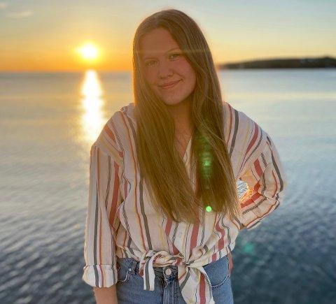 FIN START PÅ SOMMERFERIEN: Marie Johanne Esbensen (19) ble fredag ferdig med videregående skole, og har i helgen gledet seg over en fin start på sommerferien, i det gode været som har lagt seg over Vardø .