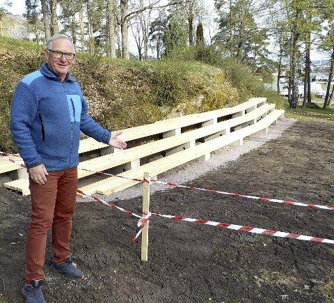 MALMFURU: Jan Sollid viser fram helt nye sitteplasser for publikum her ved paviljongen i Hagemann-parken