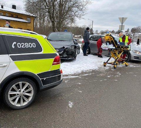 ULYKKE: Begge bilene som var involvert i ulykken fikk skader og måtte hentes av bilberger.
