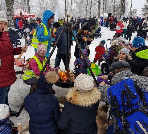 I fjor ble Markadagen arrangert ved Sognsvann. Da var det stort oppmøte og god stemning. Bålpannene varmer godt.