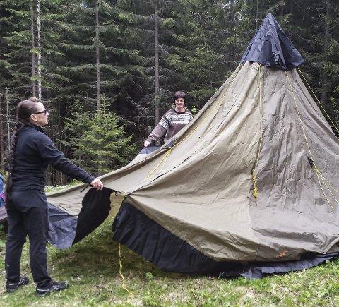 SAMARBEID: Arbeidskollegaene samarbeidet om å setter opp lavvoen ved Fogdehytta.Foto: Hilde Tjønnås Karlsen