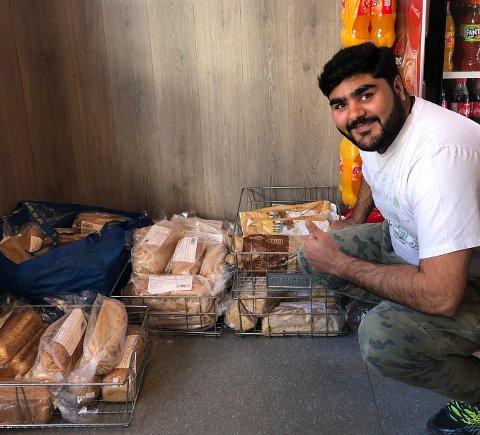 GRATIS BRØD: – Jeg håpe at jeg greier å gi vekk alle brødene, ellers må jeg vel gå og mate endene, smiler Ali Arslan Iqbal.