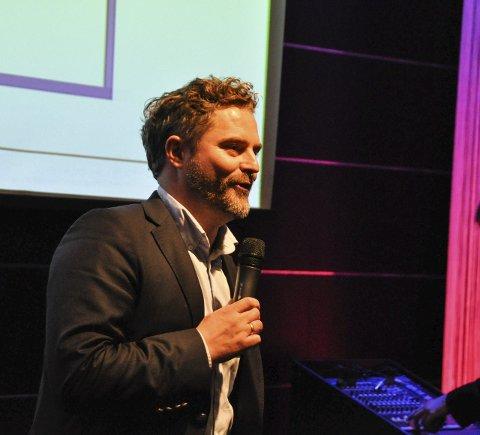 Er med: Bjørn Erik Helgeland blir å finne med mikrofon ute i salen.